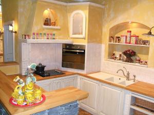 Zidana kuhinja v obliki črke U je prijeten delovni prostor