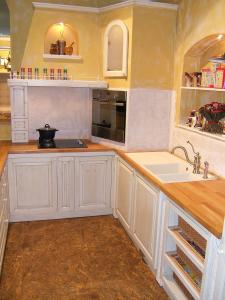 Kuhinjska niša z romantičnim pridihom v zidani kuhinji