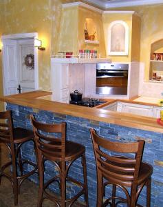 Barski stoli iz hrastovega lesa v zidani kuhinji Rustika Masiva d.o.o.