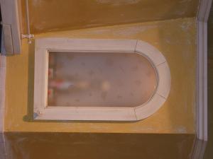 Omarica s steklom v zidani kuhinji Rustika Masiva d.o.o.