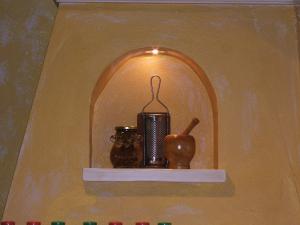 Kuhinjska niša s poličko v naši zidani kuhinji