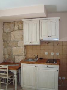 Apartmajska kuhinja z mizo in stoli