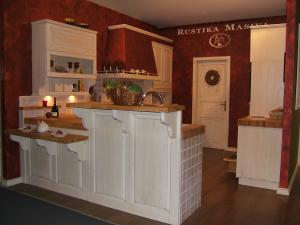 Kuhinja s šankom v dveh nivojih Rustika Masiva d.o.o.