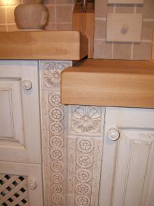 Stebri zidane kuhinje v ploščicah