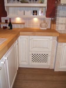 Omarica z mrežo v zidani kuhinji kot kuhinjski detajl
