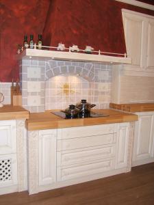 Kuhališče zidane kuhinje s kaminsko napo